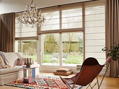 Pleated blinds, duets, roller blinds, blinds - all the same thing? All regulate the suns . Window Treatments Living Room, Living Room Windows, Home Living Room, Curtains With Blinds, Blinds For Windows, Windows And Doors, Roman Blinds, Living Room Inspiration, Interior Inspiration