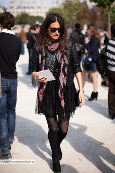 c/ Jaqueta de couro, saia e meia calça ♥  #girlinblack