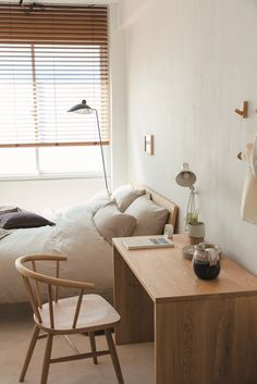 A look at the modern artist's exquisitely simple Western interiors aesthetic Japanese Apartment, Japanese Bedroom, Japanese Home Decor, Japanese Living Rooms, Japanese Homes, Minimalist Room, Minimalist Home Interior, Japanese Interior Design, Japanese Design