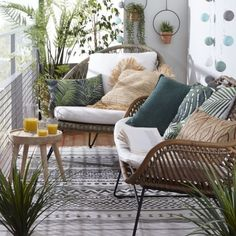 DIY Outdoor Cushions - Add a Splash of Color - Design by some color to your deck furniture with outdoor cushions. Pick your color and go wild!How To Refresh and Wash Outdoor Cushions - Small Balcony Design, Small Balcony Decor, Small Balcony Furniture, Patio Design, Small Patio Ideas Townhouse, Condo Balcony, Modern Balcony, Balcony Decoration, Conservatory Decor Small