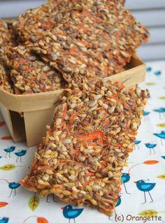 Crackers carotte et noisette: 320g de carottes rapées, 120g de graines de lin dorées, 120g de graines de lin brunes, 130g de graines de tournesol, 110g de noisettes, 60 cl d'eau, le jus d'1 citron, 1 c à s de persil, 1 c à s de sel