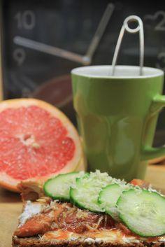 A heart-boosting lunch: mackerel & horseraddish on rye bread, green tea & grape fruit