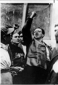 Frida Kahlo y Diego Rivera en una protesta.