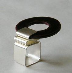 Ring by Romi Bukovec Funky Jewelry, Geometric Jewelry, Metal Jewelry, Jewelry Art, Gold Jewelry, Jewelry Rings, Jewelry Design, Jewlery, Unique Jewelry