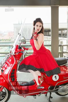 Session 'Red Riding Kate'  Photography: Atelier 'et Lux' Model: Cherryrockz Visagistin: Ivona