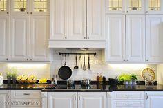 White kitchen with black countertop / Valkoinen keittiö mustalla työtasolla