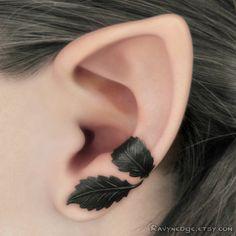 Dieses Angebot gilt für ein 1-Ohr-Manschette, die auf dem linken Ohr getragen werden kann.    Ein muss, wenn Sie sich für Fantasy Style Schmuck oder etwas Besonderes und einzigartiges interessieren! Es besteht aus einem grünen schwarz filigran und gestaltet, dass Sie passen. Nur in schwarz erhältlich, diese Ohr-Manschette nickelfrei und bleifrei-Eisen (Ferrit) besteht. Sieht fast aus wie Rotguss! Misst ca. 11mm Durchmesser und 25mm von der Kante der oberen Blätter an der Spitze des Blattes…