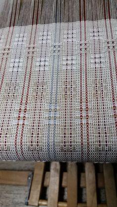 Chemin de table Orlec 2/8 sur metier 4 cadres ; dentelle suédoise. Table runner in Orlec 8/2 done on 4 shafts Card Weaving, Weaving Art, Weaving Patterns, Loom Weaving, Lace Weave, Table Runner Pattern, Weaving Projects, Weaving Techniques, Textile Design