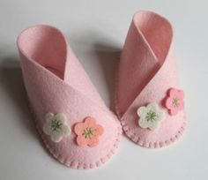 Baby Girl Flower Bootie KIT - Wool Felt - Do It Yourself - Materials and Instructions - Craft Kit - Pattern and Pre Cut PiecesKIT for one pair of baby booties, size zero to three months. Die cut wool felt pieces and instructions for sewing are included. Doll Shoe Patterns, Baby Shoes Pattern, Sewing Patterns, Felt Baby Shoes, Diy Bebe, Diy Couture, Baby Sewing, Sewing Kit, Diy For Girls