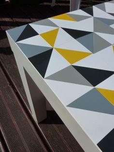 Table Lack Ikea customisée avec des triangles découpés dans des adhésifs de couleur www.decocrush.fr