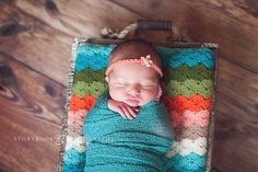 ♥ the color combo of this baby quilt and yes...the little one is also very cute ;)