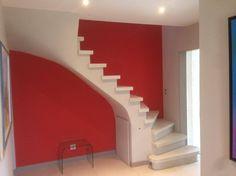 - Escalier béton teinté gris clair - 2/4 tournant - Nez de marche carré - Marche de départ arrondi sur 2 côtés - Voûte sarrasine plâtrée