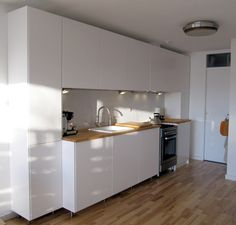 ikea kitchen with veddinge doors in an unusual symmetrical design layout: wall cabinets frame the base cabinets. Interior Design Ikea, Scandinavian Interior Design, Kitchen Layout, New Kitchen, Kitchen Dining, Ikea Kitchen Cabinets, Wall Cabinets, Scandinavian Kitchen, Kitchen Photos