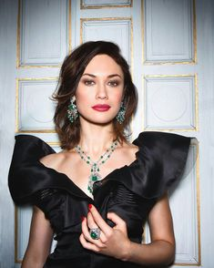 CASTLE MOOD Fine deep green Colombian Emeralds set with flawless white diamonds in ORLOV's necklace, earrings and an extraordinary Cabouchon ring worn by for shoot at . Olga Kurylenko, Mens Diamond Jewelry, Gold Jewelry, Jewlery, Fine Jewelry, Colombian Women, Girls Jewelry Box, Jewelry Sets, Oscar Dresses