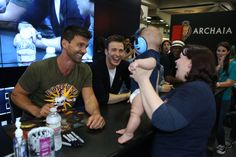 Chris Evans and Frank Grillo all smiles with a baby at SDCC 2013 for Captain America: The Winter Soldier (5760×3840)