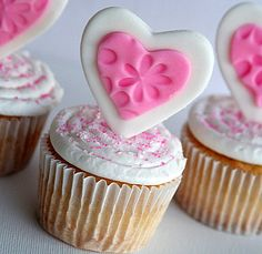Sweetheart cupcakes and Fondant hearts - Add a bit of love to any Valentine's Day treats with fondant hearts #Valentines #Hearts #Cupcakes #Fondant #Sweet #Cute #Love