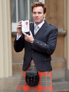 L'acteur écossais Ewan McGregor a revêtu le costume traditionnel écossais pour recevoir sa médaille d'officier de l'empire britannique des mains du prince Charles.  L'habit traditionnel écossais: le kilt, le sporan (la sacoche attachée à la ceinture), les ghillies (chaussures légères et lacées) avec l'ensemble veste, gilet et chemise blanche, tout y était.