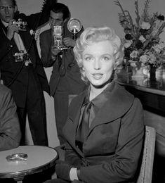 "Image - 1956 / Seconde conférence de presse pour Marilyn et Laurence OLIVIER à ""l'Hotel Savoy"" de Londres, afin d'annoncer le début du tournage du film ""The prince and the showgirl"". - Wonderful-Marilyn-MONROE - Skyrock.com"