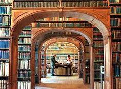 """""""Una biblioteca es muchas cosas. Es un lugar al que ir para protegerse de la lluvia. Es un lugar al que ir si quieres sentarte y pensar. Pero sobre todo es un sitio donde los libros viven, y donde tú puedes ponerte en contacto con otra gente, con otros pensamientos, a través de los libros. """" http://www.libropatas.com/libros-literatura/un-homenaje-la-biblioteca-publica-por-el-fotografo-robert-dawson/"""