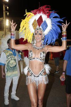 Mesmo estando longe, acompanhei de pertinho todos os desfiles – tanto os do Rio, quanto os de São Paulo! Foi um desfile mais lindo que o outro! Fico impressionada com o capricho das escolas de samba e a criatividade a cada ano que passa! E as fantasias, uma mais linda que a outra! Sem falar …