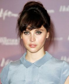 felicity jones - she looks lovely in this colour - dove grey. High Bun Hairstyles, My Hairstyle, Vintage Hairstyles, Hairstyles With Bangs, Pretty Hairstyles, Celebrity Hairstyles, Hair Styles 2016, Short Hair Styles, Hair Day