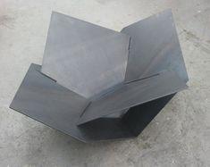 Nuestro fogón Industrial moderno es un diseño original que seguramente calentar su patio o patio trasero. No sólo tiene una estructura de acero sólida con líneas modernas, también es fácil de montaje y desmontaje para el almacenaje fácil. Es una combinación de construcción de IKEA en un metal sólido, industrial y formas de origami! El calentador está hecho de cuatro piezas separadas de 3/16 acero grueso garantizado para durar toda la vida en los elementos. Las dimensiones son 24 de alto...