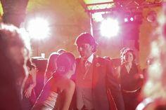 Sposi danzanti durante una festa di matrimonio informale e chic | Informal and chic wedding party with dancing bride and groom | @ Castello Odescalchi di Bracciano