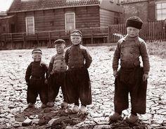 1904, vier Volendammer jongetjes.