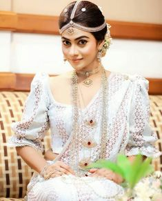 Sari Wedding Dresses, White Saree Wedding, Bride Reception Dresses, Bridal Sari, Wedding Attire, Wedding Bride, Bridal Dresses, Wedding Ideas, Bridal Dress Design