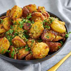 Kartofler i ovn - Opskrift på sprøde ovnkartofler m rosmarin og hvidløg Cooking Cookies, Diabetes Care, Soul Food, Tapas, Cauliflower, Side Dishes, Bacon, Food And Drink, Vegetarian