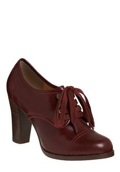 Burgundy oxfords = old-school librarian chic. Cute Shoes, Me Too Shoes, Shoe Boots, Shoes Heels, Pumps, High Heels, Librarian Style, Sexy Librarian, School Librarian