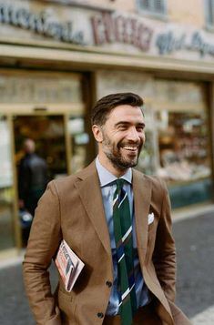 Drake's is a purveyor of classic British elegance. A maker and haberdasher, Drake's handcrafts some of the world's finest shirts, ties and accessories. Suit Up, Suit And Tie, Modern Gentleman, Gentleman Style, Best Street Style, Look Formal, Preppy Men, Herren Outfit, Mens Fashion