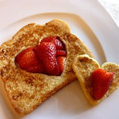 Day recipes Kid-Friendly French Toast This easy, heart-shaped French toast recipe for kids makes a perfect Valentines Day breakfast or brunch. Valentines Breakfast, Valentines Day Cakes, Valentines For Kids, Valentine Hearts, Valentine Special, Strawberry French Toast, Good Food, Yummy Food, Fun Food