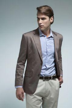 Camisa listrada em azul, blazer avelã e calça areia, como tons que remetem ao verão.