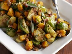 Rezept: Gemüsepfanne mit Butternusskürbis, Rosenkohl, Bacon und Salbei