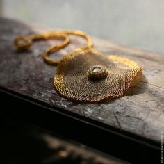 Купить или заказать Стильный круглый медово-золотой кулон из бисера в интернет-магазине на Ярмарке Мастеров. Стильный кулон «Сладость медового солнца» сплетен из бисера двух цветов. Основной цвет – матовый, теплый медовый, с мягким «бензиновым» отливом. Второй цвет – прозрачный темно-медовый, отливающий золотом в зависимости от угла зрения. Цвета бисера меняют свои оттенки в зависимости от освещения: при свете ламп накаливания «бензиновый» отлив проявляется заметнее.