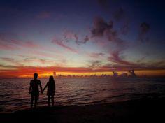 【 恩納村 シークレットビーチ 】  友人にモデルになってもらい撮影。 夕日が沈んだマジックアワー。