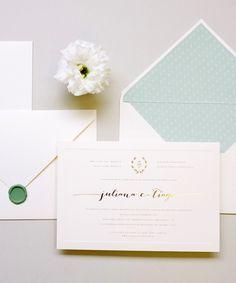 Convite de Casamento contemporâneo para casamento moderno e delicado, com estampa romântica, hostamping dourado e lacre de cera.