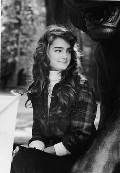 American actor and model Brooke Shields sits by a statue during a tour of the Princeton University campus before becoming a student September 1981 Brooke Shields Jovem, Brooke Shields Young, Brooke Shields Pretty Baby, Vaquera Sexy, Jean Calvin Klein, Eyebrow Grooming, Richard Avedon, Mode Vintage, Mode Style