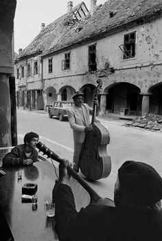 Gypsy musicians playing on the street in Vukovar, Croatia 1992.    [Credit : Nikos Economopoulos]