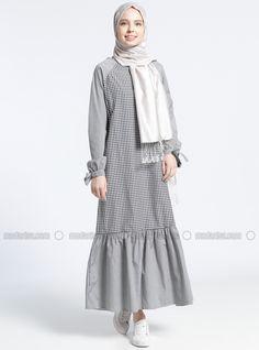 Gamis with raglan sleeves Abaya Fashion, Modest Fashion, Girl Fashion, Fashion Dresses, Fashion Design, Moslem Fashion, Modele Hijab, Dress Vestidos, Muslim Dress