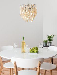 Weiße Möbel sind zeitlos modern. Skandinavischer Stil in weiß. #homestory #homestoryde #home #interior #design #inspiring #scandinavian #table #decoration #living
