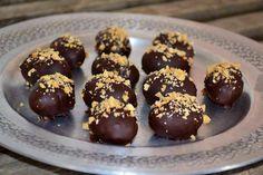 Påskeæg med snickersfyld. Sunde, hjemmelavede snickerskugler/påskeæg. Snickerskuglerne indeholder kun fire ingredienser - og er uden sukker og andet bras.