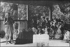 イポー(マレーシア)の日本人墓地にて 言証師による施餓鬼を営むからゆきさん。
