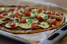 In dit recept is de bodem van haver gemaakt. Een gezond meel, wat een goed alternatief vormt voor tarwebloem. Haver is van zichzelf glutenvrij maar kan in het productieproces in aanraking komen met glutenhoudende meelsoorten. Vandaar dat het niet gegarandeerd kan worden door de producent. Wanneer je zeker wil zijn van je zaak, koop dan haver met het glutenvrije logo. Pizza Vans, Healthy Snacks, Healthy Recipes, Flatbread Recipes, Vegetable Pizza, Gluten Free, Banana, Food, Diners