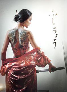 Photographie : tatouage - ambiance asie, dos complet tatoué, kimono et katana #photography #tattoos #female #tattooist #work #samurai #geisha #katana #back