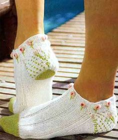 Knit sping footies objasnuvanje so sema Crochet Arm Warmers, Knitted Slippers, Crochet Slippers, Knit Crochet, Leg Warmers, Knitting Socks, Baby Knitting, Knitting Designs, Knitting Patterns
