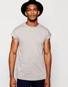 Lang geschnittenes T-Shirt von ASOS weiches Jersey Rundhalsausschnitt übergroße Passform langer Schnitt länger als reguläre Länge Maschinenwäsche 100% Baumwolle Model trägt Größe M und ist 188 cm/6 Fuß 2 Zoll groß