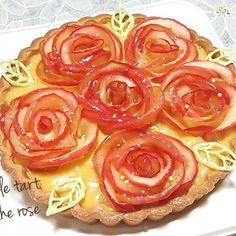 yurikaさんの素敵なバラのアップルタルトを 参考にさせて頂きました(*^^*) ありがとうございました♪ つくフォト出来なかったので、 食べ友でお願いします(*^^*) 母親の還暦祝いの席に持っていこうと 急遽作成♪ 時間が無かったので、 土台のタルトは既製品です(;^_^A 下のカスタードクリームの中にも りんごとレーズンを仕込んでます♪ あとは、夜まで崩れませんように(^人^) - 192件のもぐもぐ - アップル カスタード タルト by みる