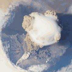 Preciso momento cuando volcán erupciona { GIF }
